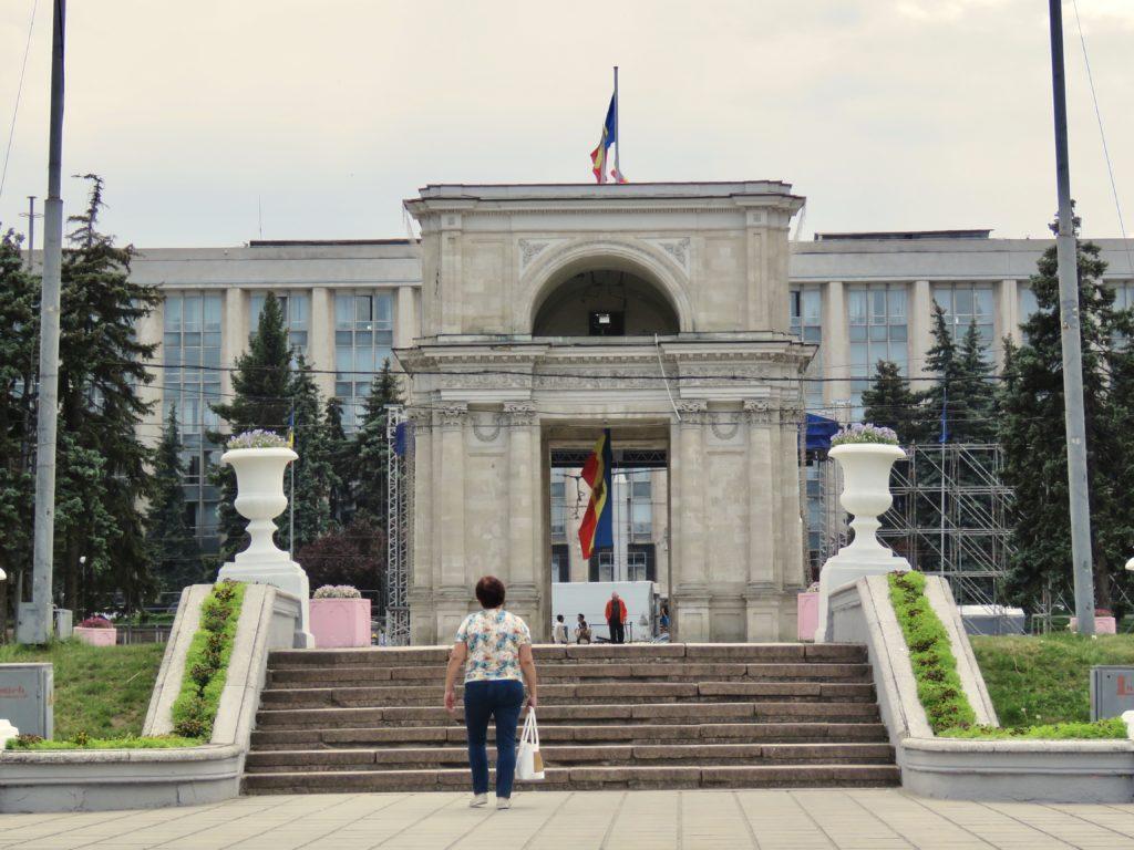 What to visit in moldova arc de triomphe chisinau