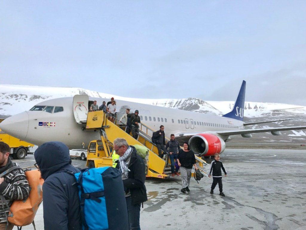 Longyearbyen airport plane midnight